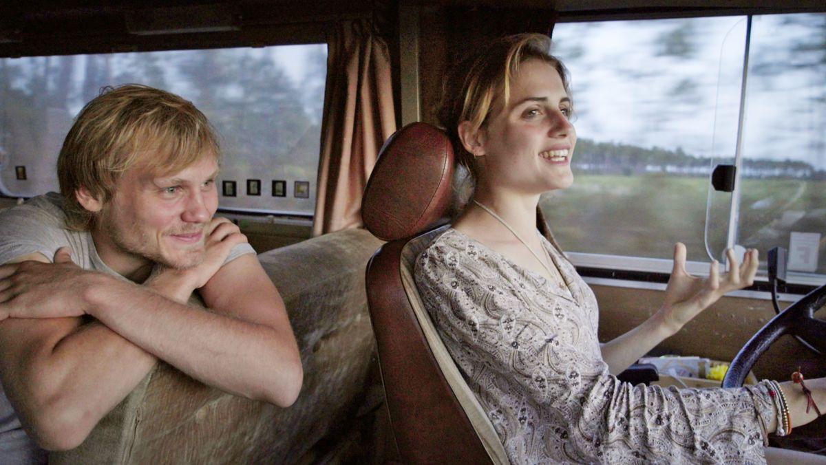Jan (Anton Spieker) und Jule (Mala Emde) fahren im Mercedes 303 Bus.