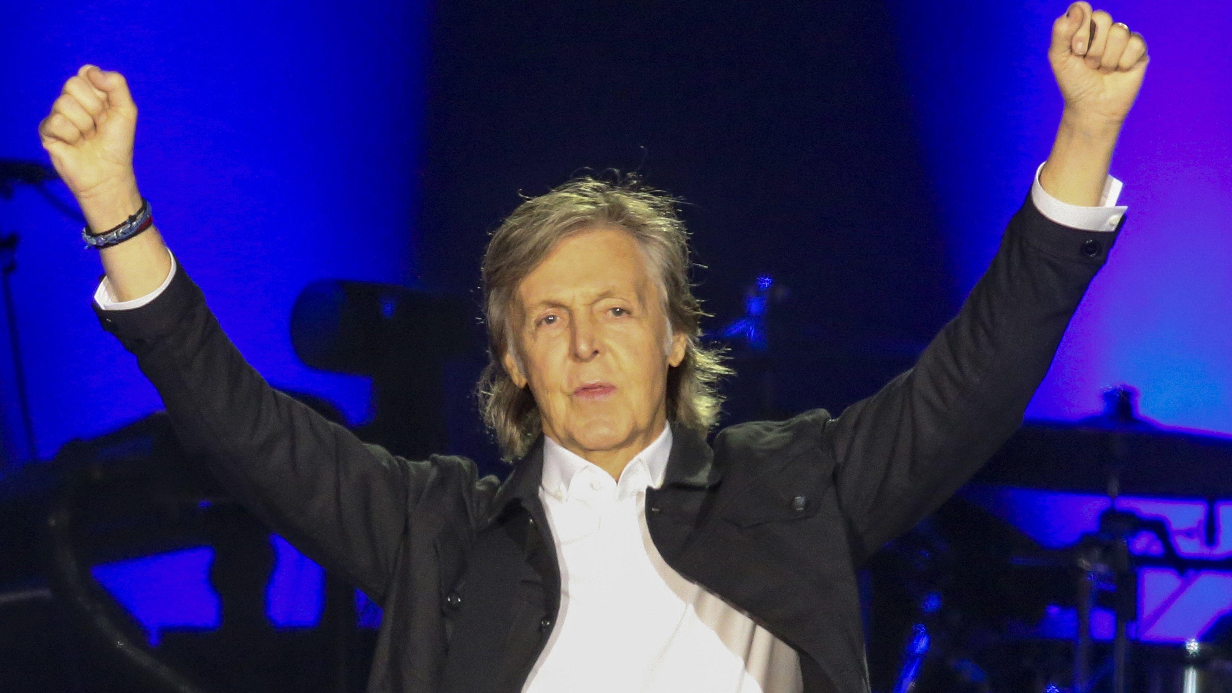 Der Musiker Paul McCartney in Siegerpose nach einem Konzert in diesem Juli in Los Angeles.