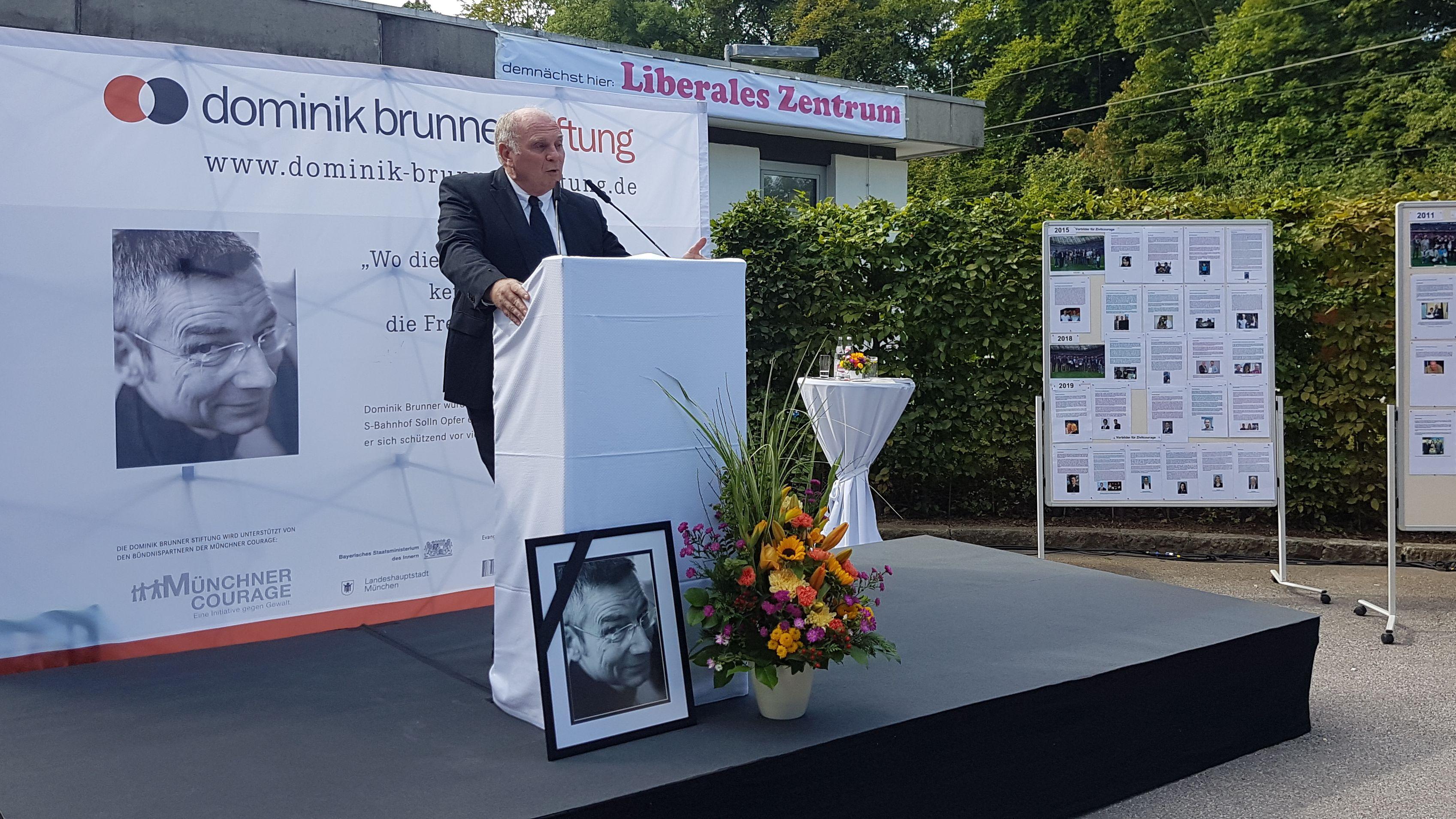 Uli Hoeneß spricht bei der Gedenkfeier für Dominik Brunner.