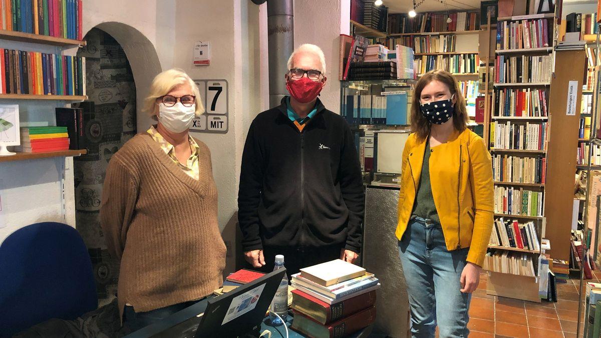 Von links: Aushilfe Gabi Jilg, ehemaliger Besitzer Hartmut Hessel und neue Inhaberin Vanessa Geiling im Antiquariat in Münnerstadt