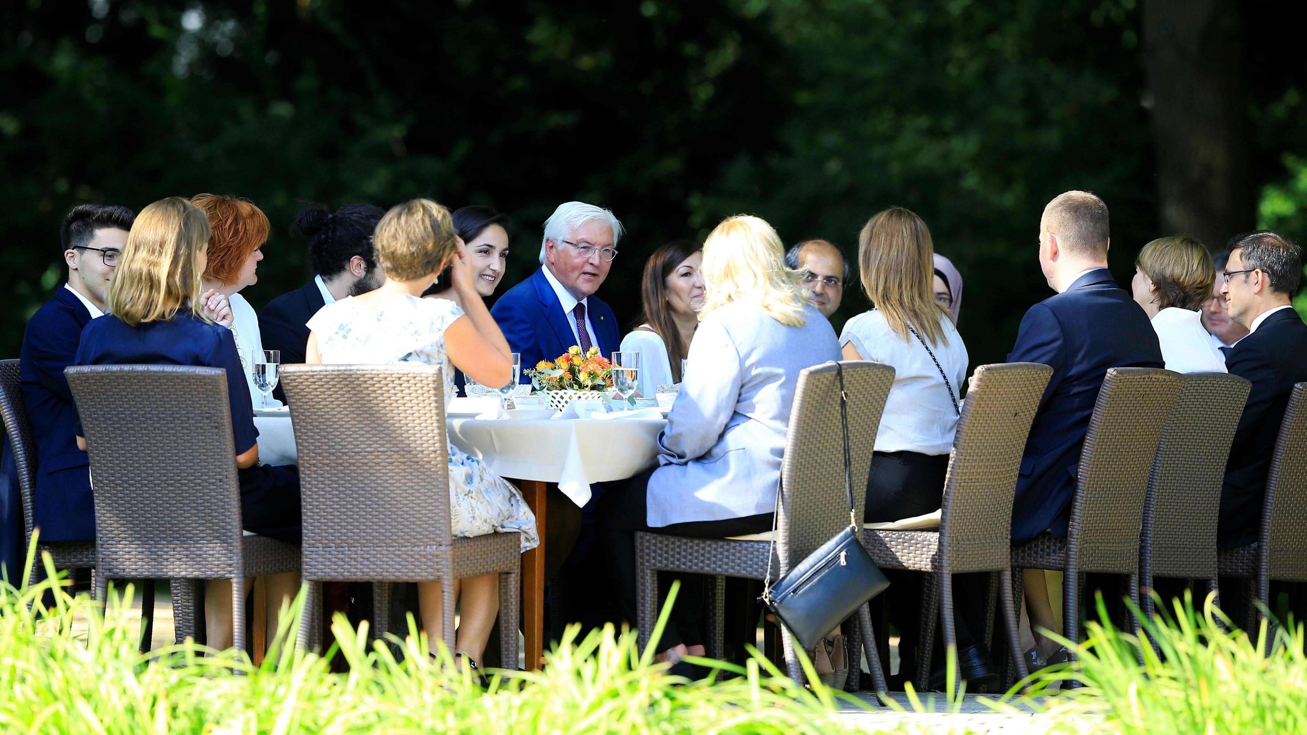 Bundespräsident Steinmeier mit Bürgern im Garten von Schloss Bellevue