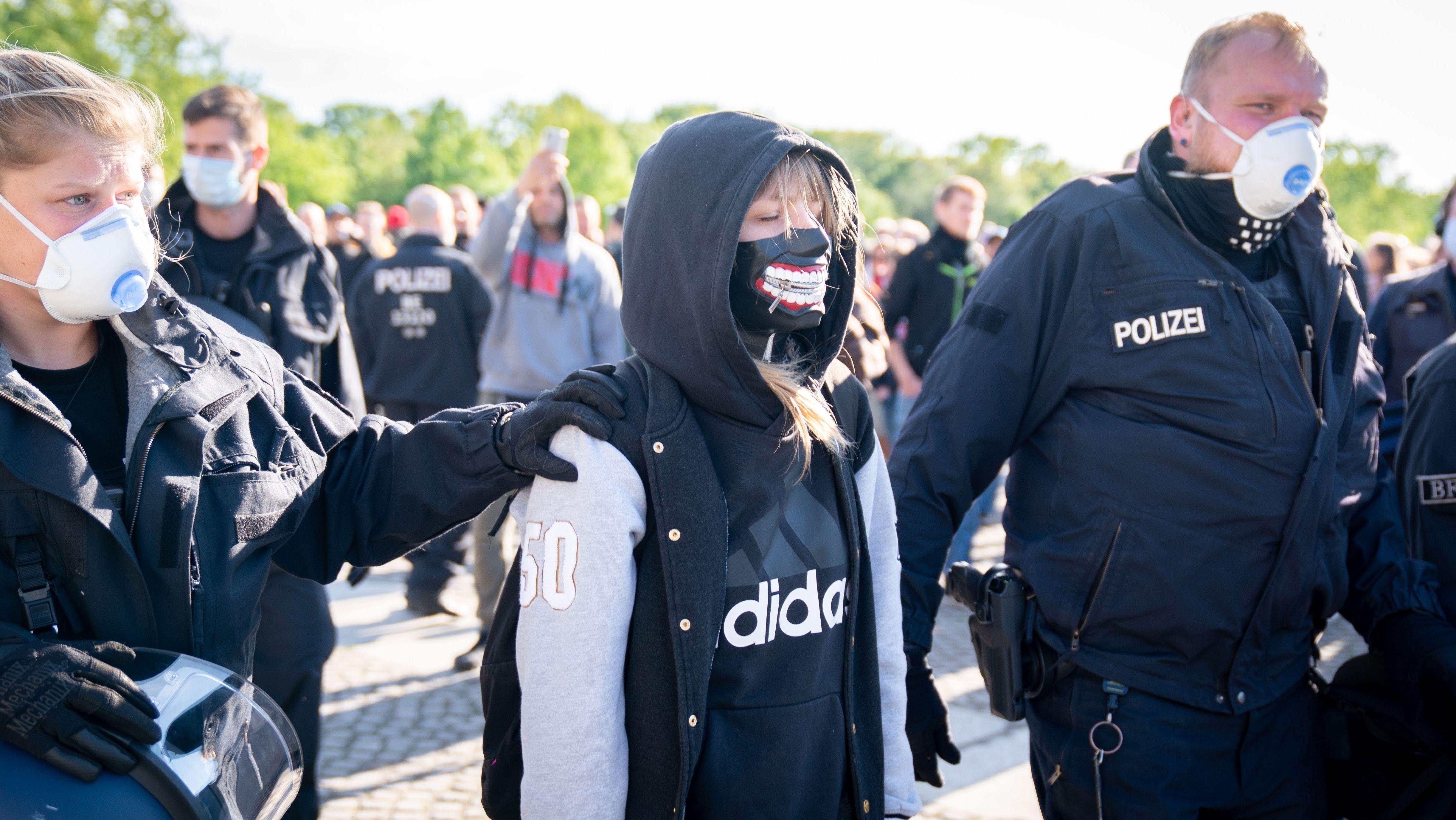 Polizisten und Demo-Teilnehmerin