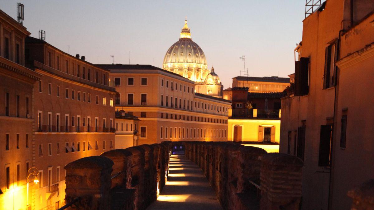 Kuppel des Petersdomes bei Nacht