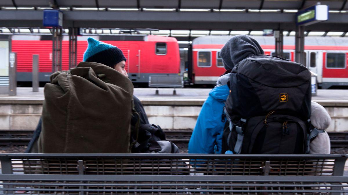 Bahnreisende am Bamberger Bahnhof.