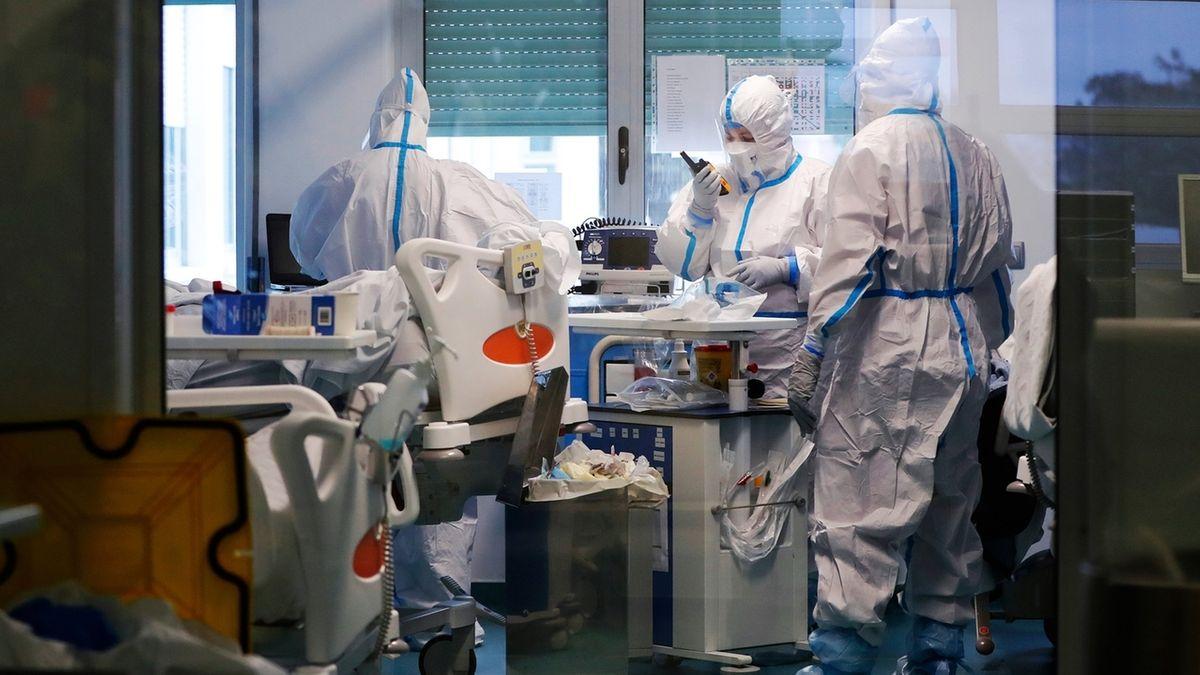 Mitarbeiter des Gesundheitswesens tragen am 27.01.2021 Schutzkleidung, während sie auf der Corona-Intensivstation in einem Militärhospital arbeiten. Das von der Corona-Pandemie hart getroffene Portugal soll Hilfe durch die Bundeswehr erhalten.