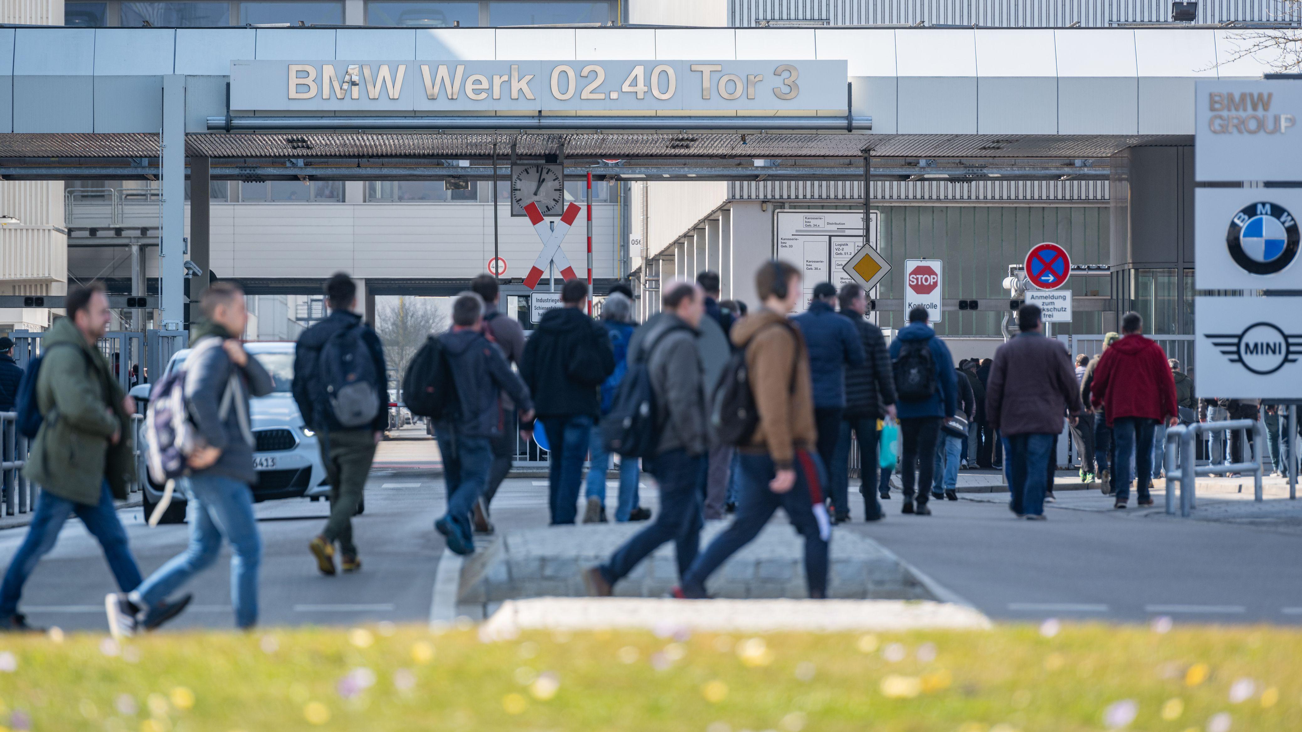 Schichtwechsel im BMW-Werk. BMW kündigt Reduktion der Arbeitskräfte an.