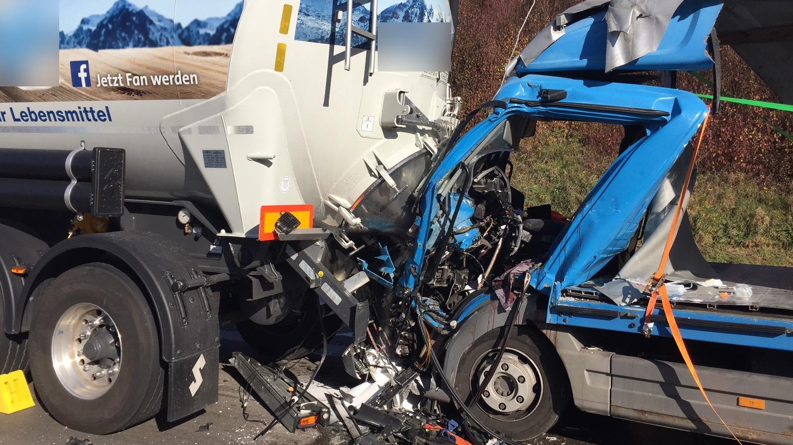 Eingedrückte Fahrerkabine eines Lkws nach einem Auffahrunfall auf der A99 bei Kirchheim nahe München.