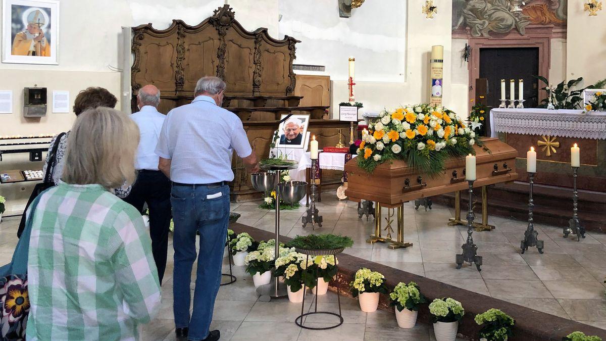 Der Sarg des verstorbenen Domkapellmeisters ist in der Stiftskirche St. Johann in Regensburg aufgebahrt.