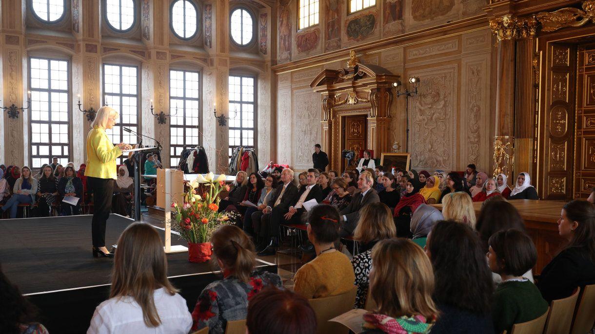 Bayerns Sozialministerin Carolina Trautner ehrte in Augsburg 25 Mütter für ihr Engagement gegen Radikalisierung.