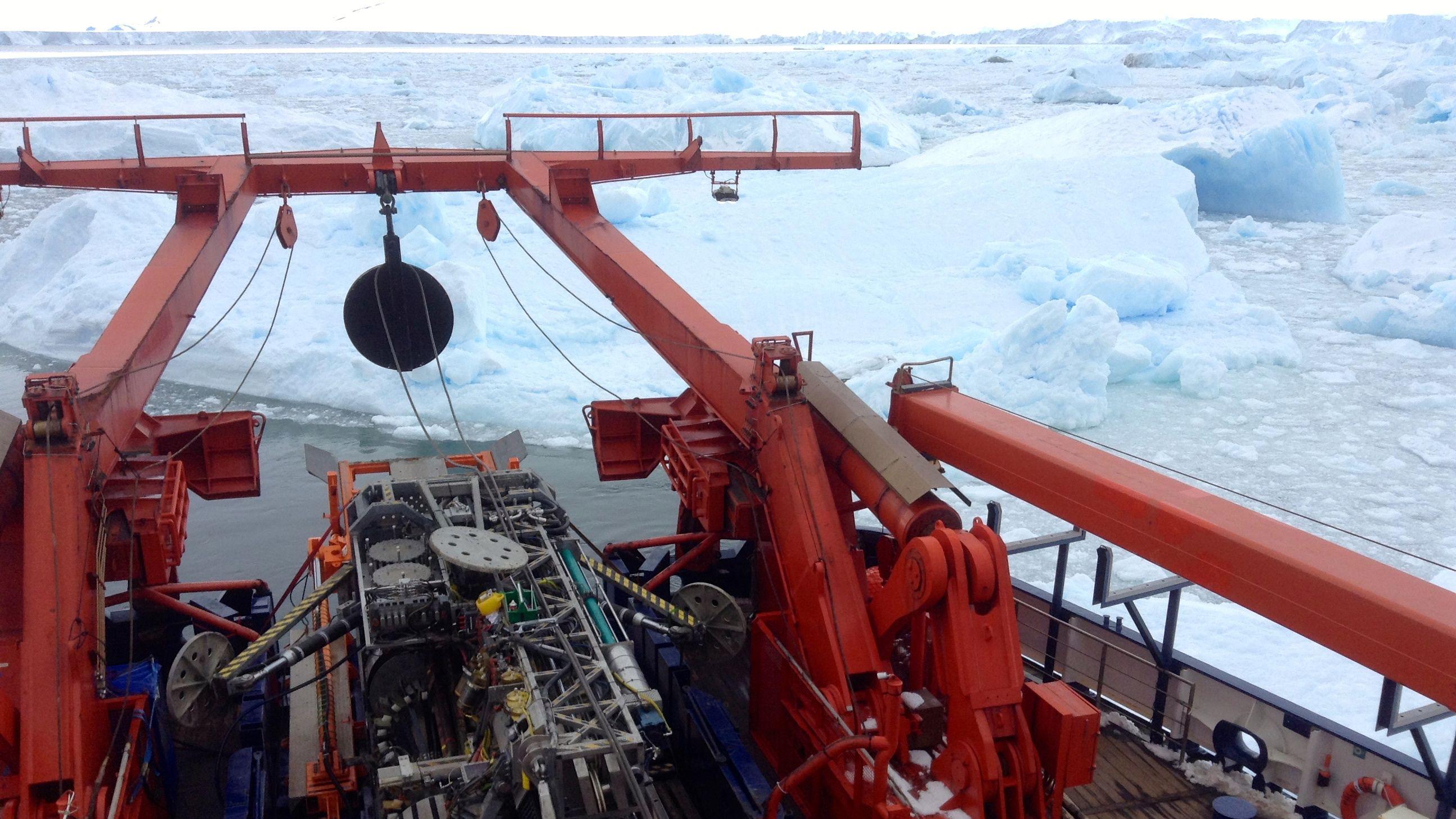 Das Meeresboden-Bohrgerät MARUM-MeBo70 während Stationsarbeiten direkt vor der Schelfeiskante des Pine Island Gletschers.