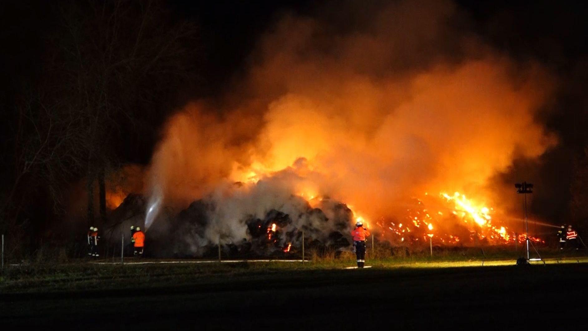 Feuerwehr löscht brennende Strohballen im m Zellinger Ortsteil Retzbach