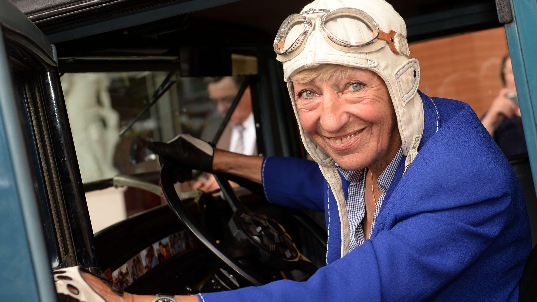 Heidi Hetzer, ehemalige Rennfahrerin, sitzt in einem Hudson Great Eight Oldtimer aus dem Baujahr 1930.