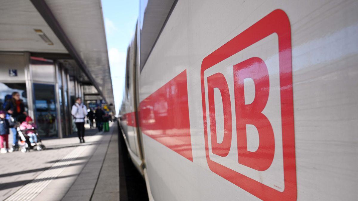 13.03.2020, Bayern, Nürnberg: Nur wenige Fahrgäste und Pendler warten am Morgen im Nürnberger Hauptbahnhof auf den Sprinter von München nach Berlin.