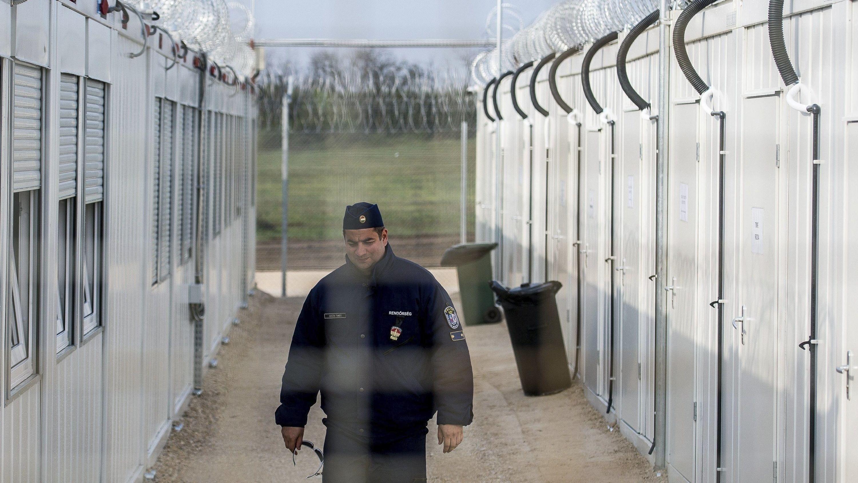 Ein ungarischer Polizist patrouilliert durch das Transitlager Röszke für Asylsuchende an der Grenze zu Serbien.