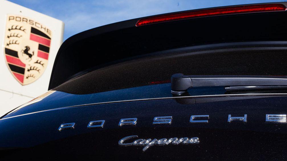 Baden-Württemberg, Stuttgart: Ein Porsche Cayenne steht neben einem Logo des Fahrzeugherstellers. Das Landgericht Stuttgart will zentrale Fragen im Zusammenhang mit der Dieselaffäre bei Porsche vom Europäischen Gerichtshof klären lassen. Das habe der zuständige Richter in einem aktuell laufenden Verfahren beschlossen, teilte das Gericht am Freitag mit.