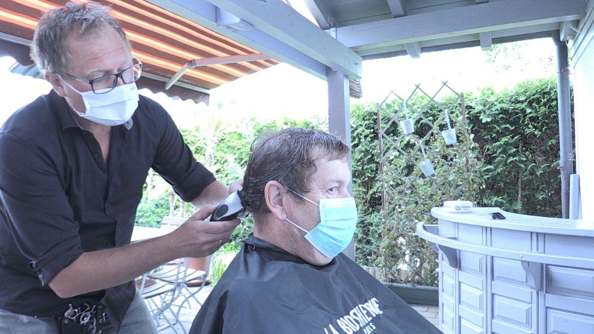 Ein Friseurladen in Fürstenzell schneidet die Haare draußen.