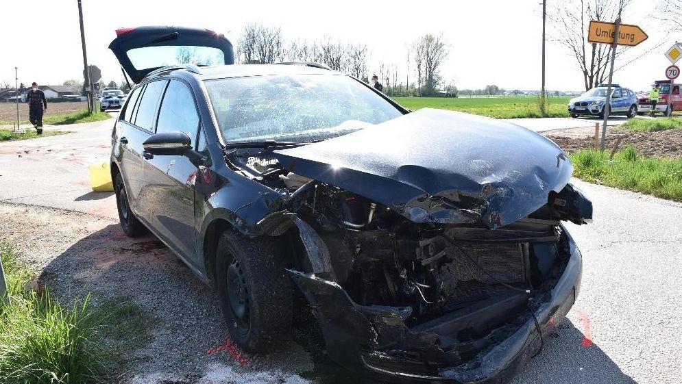 Das zweite demolierte Unfallauto an der Kreuzung