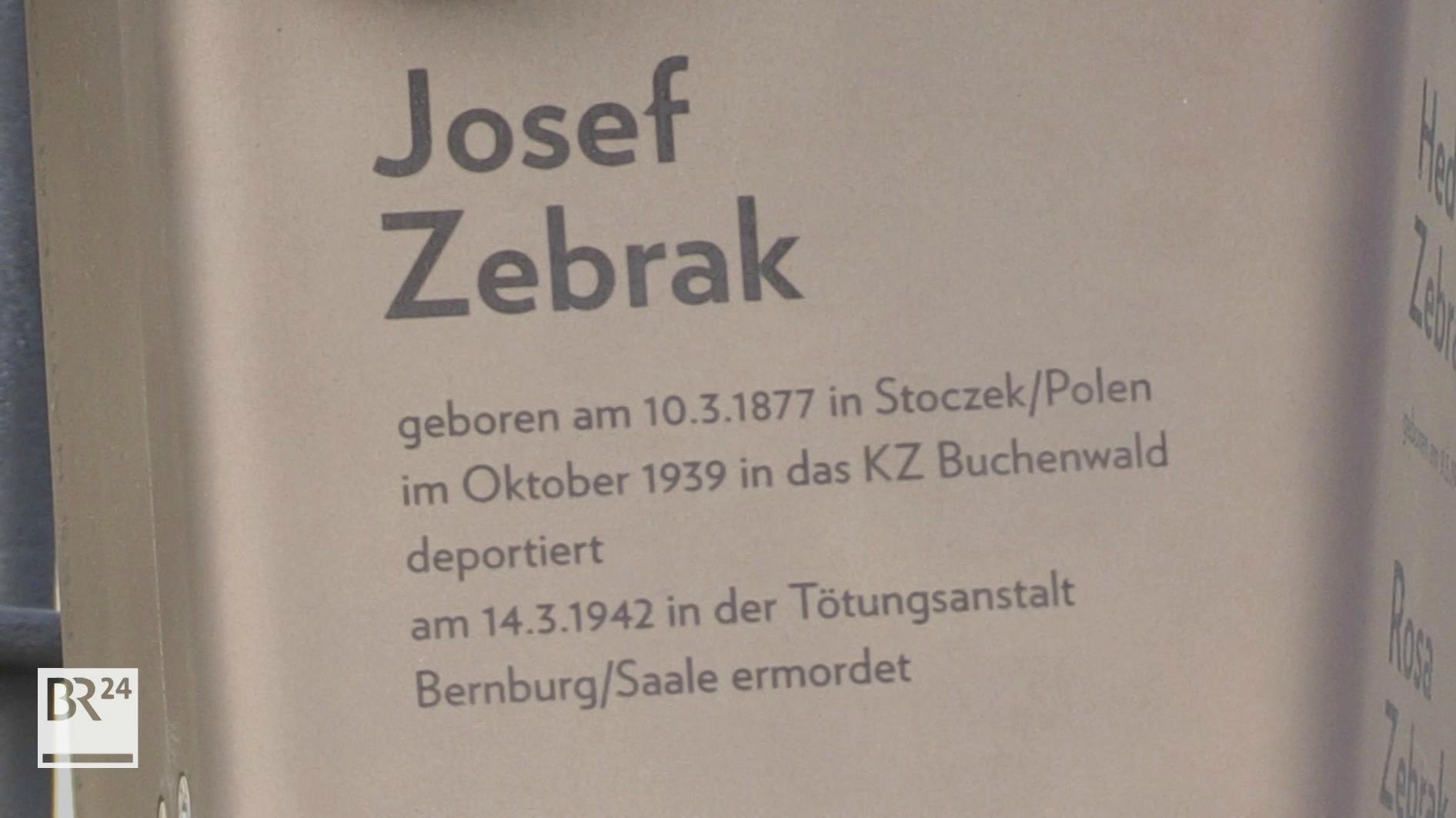 Metalltafel auf der Name und Geschichte des NS-Opfers Josef Zebrak geschrieben steht
