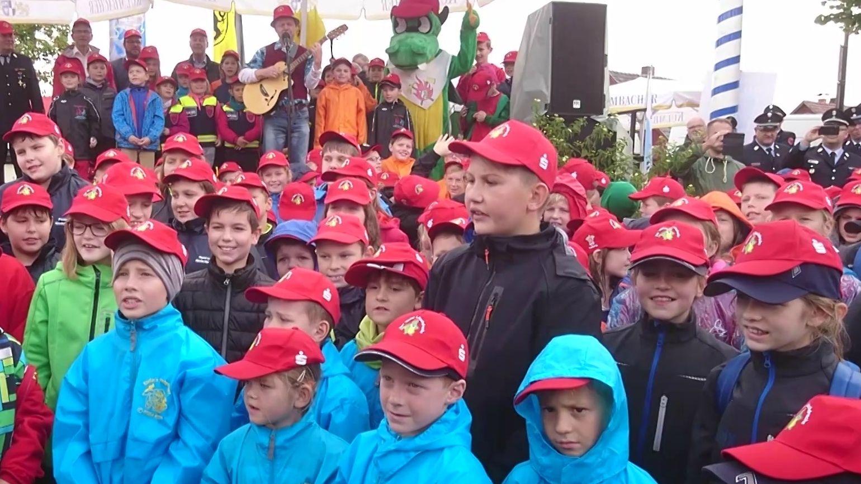 Der Kinderfeuerwehr-Chor singt das LÖSCHI-Lied.
