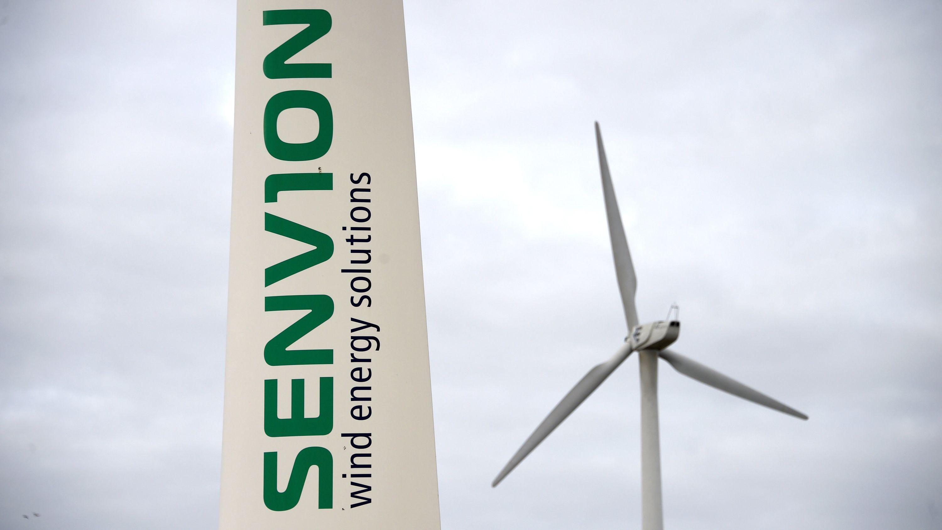 """Das Logo """"Senvion wind energy solutions"""" ist auf dem Gelände von Senvion auf dem Flügel einer Windkraftanlage zu sehen."""