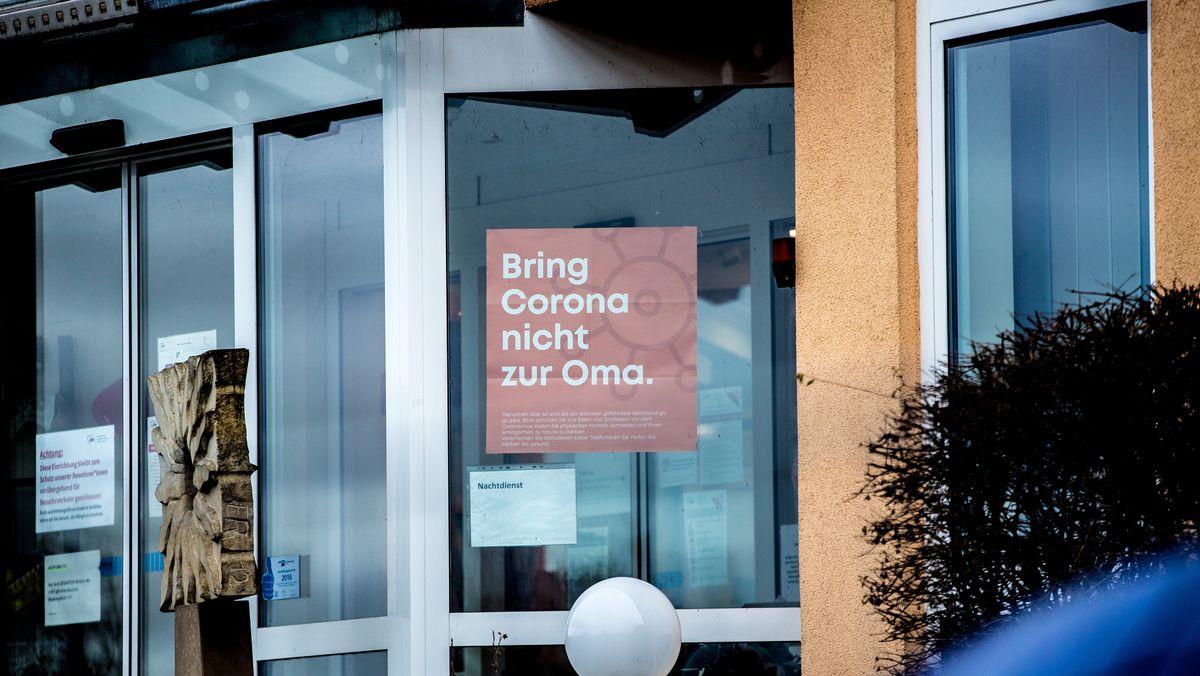 """Plakat """"Bring Corona nicht zur Oma"""" am Alten- und Pflegeheim in Bischberg bei Bamberg"""