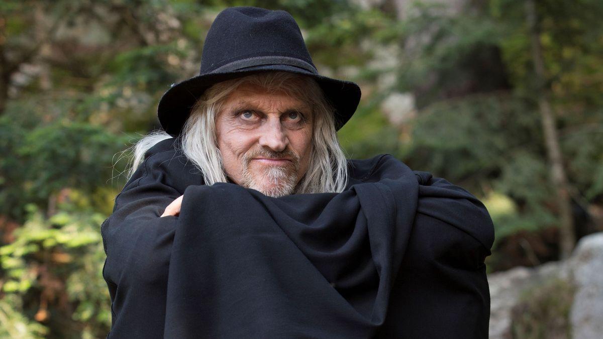 """Der Boandlkramer in dem Volksstück """"Der Brandner Kaspar - er kehrt zurück"""" trägt einen schwarzen Umhang und hat eine schwarzen Hut auf."""