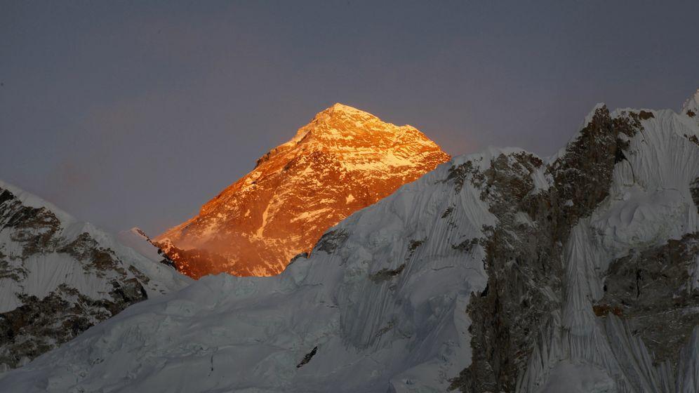 Archivbild: Mount Everest bei Sonnenuntergang   Bild:dpa-Bildfunk/ Tashi Sherpa
