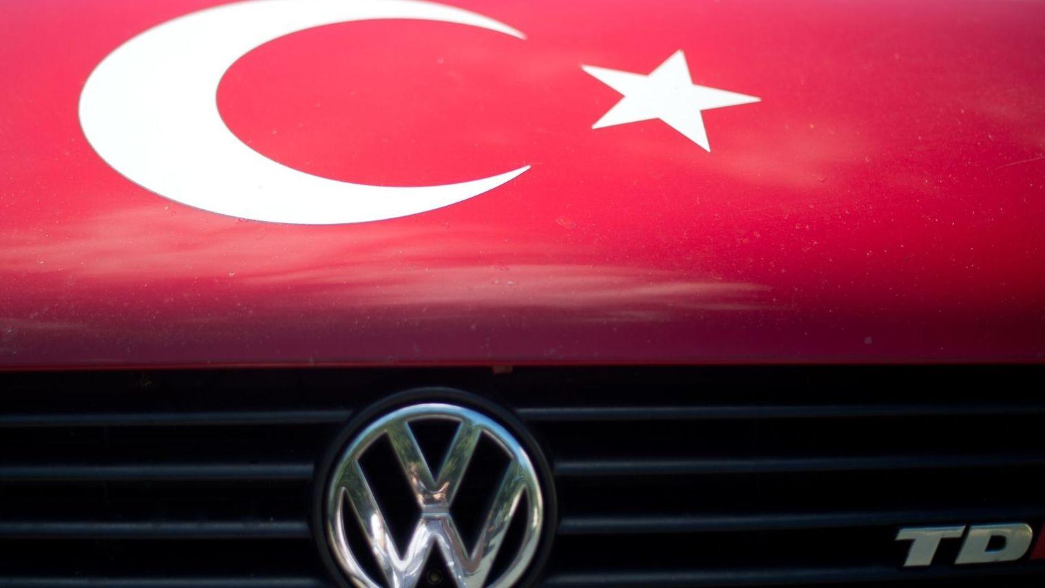 Symbol der Türkei auf einer Motorhaube eines VW