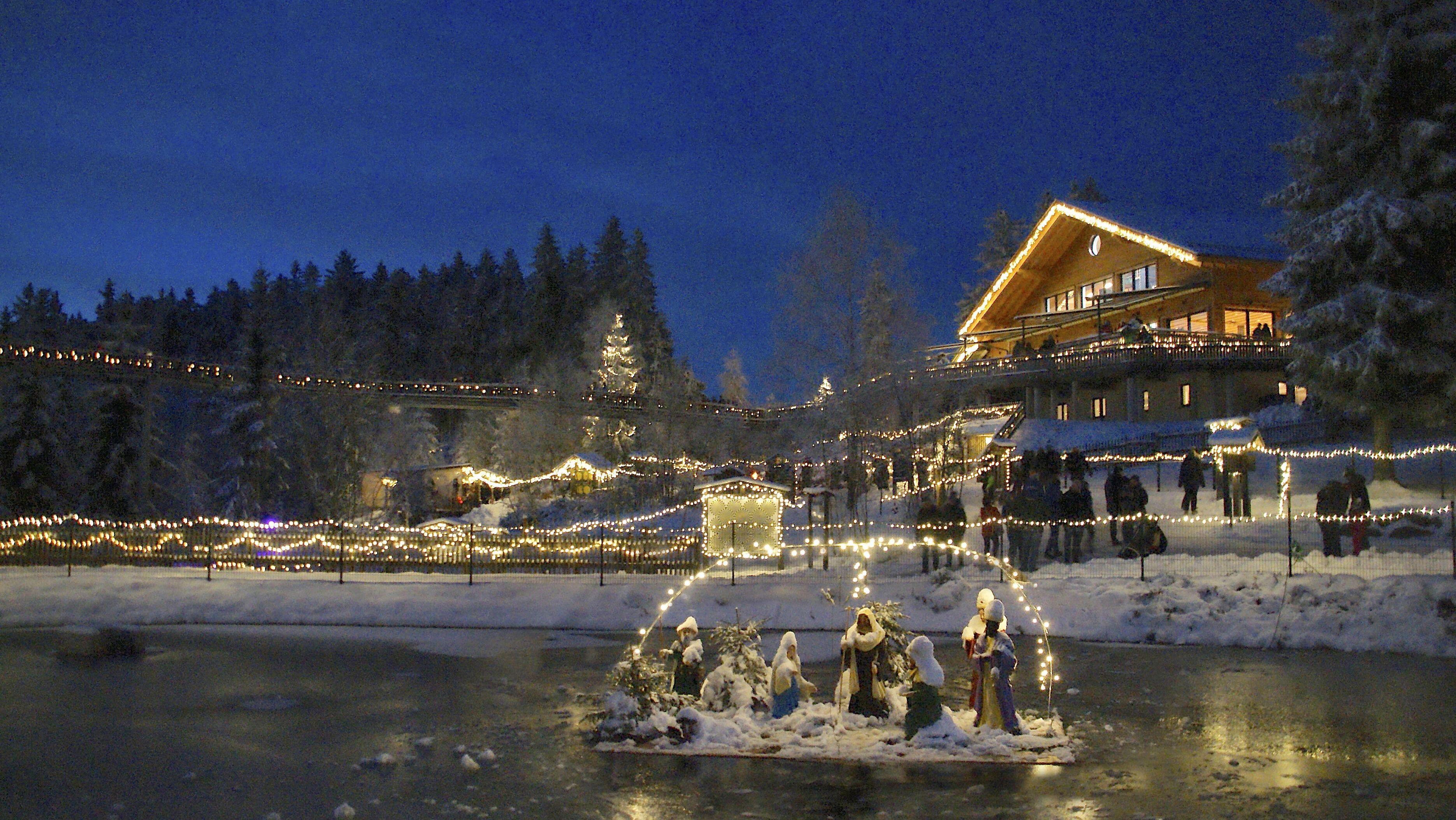 Bezaubernde Stimmung beim Weihnachtsmarkt am Waldwipfelweg