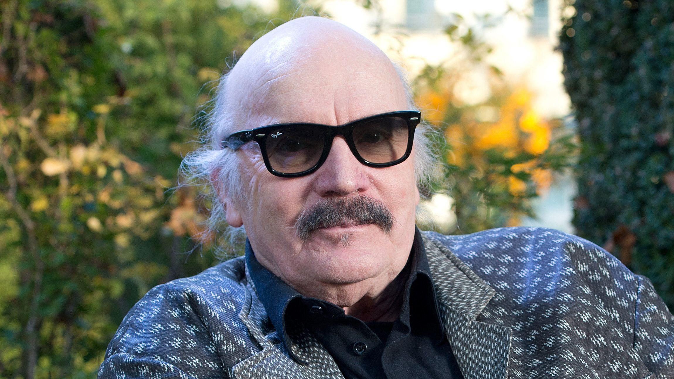 Wolfgang Dauner, Jazzmusiker und Komponist, sitzt vor seinem Haus in einem Sessel.