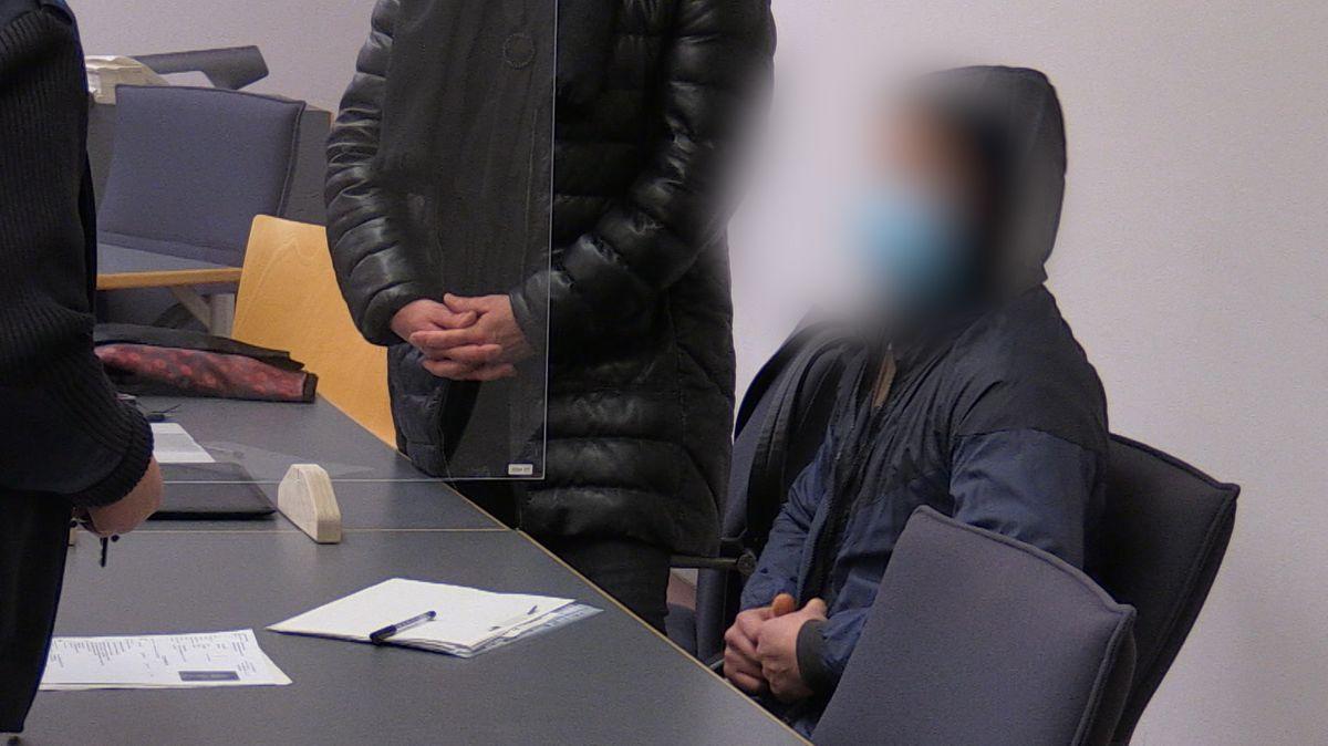 Der Angeklagte im Juwelierladen-Raub vor dem Landgericht Regensburg.