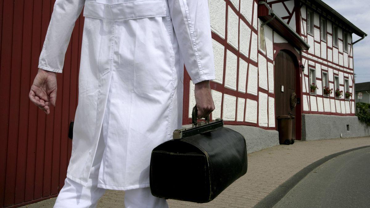 Hausbesuch: Landarzt auf dem Weg zu einem Patienten