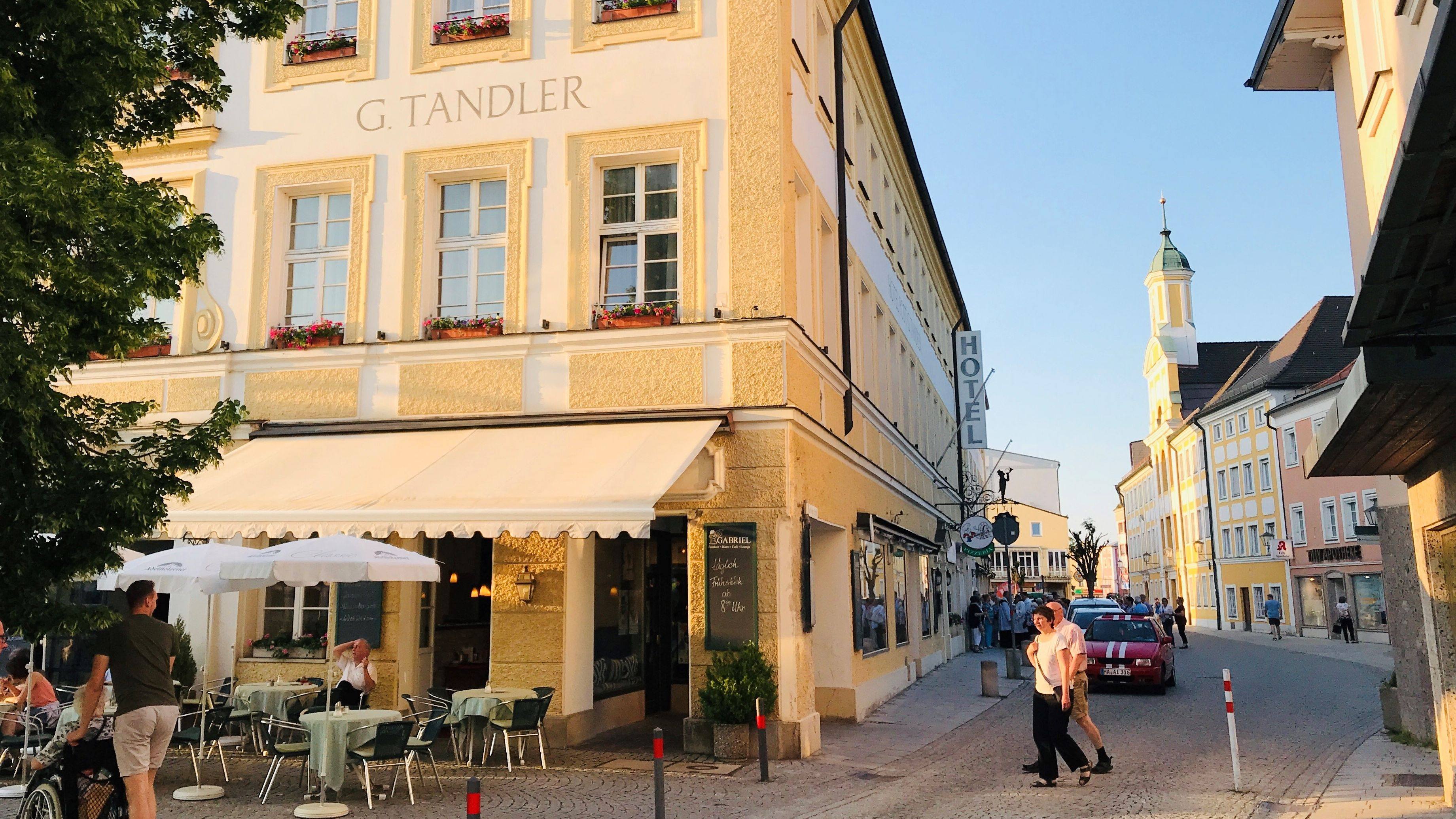 """Hotel zur Post"" am Altöttinger Kapellplatz."