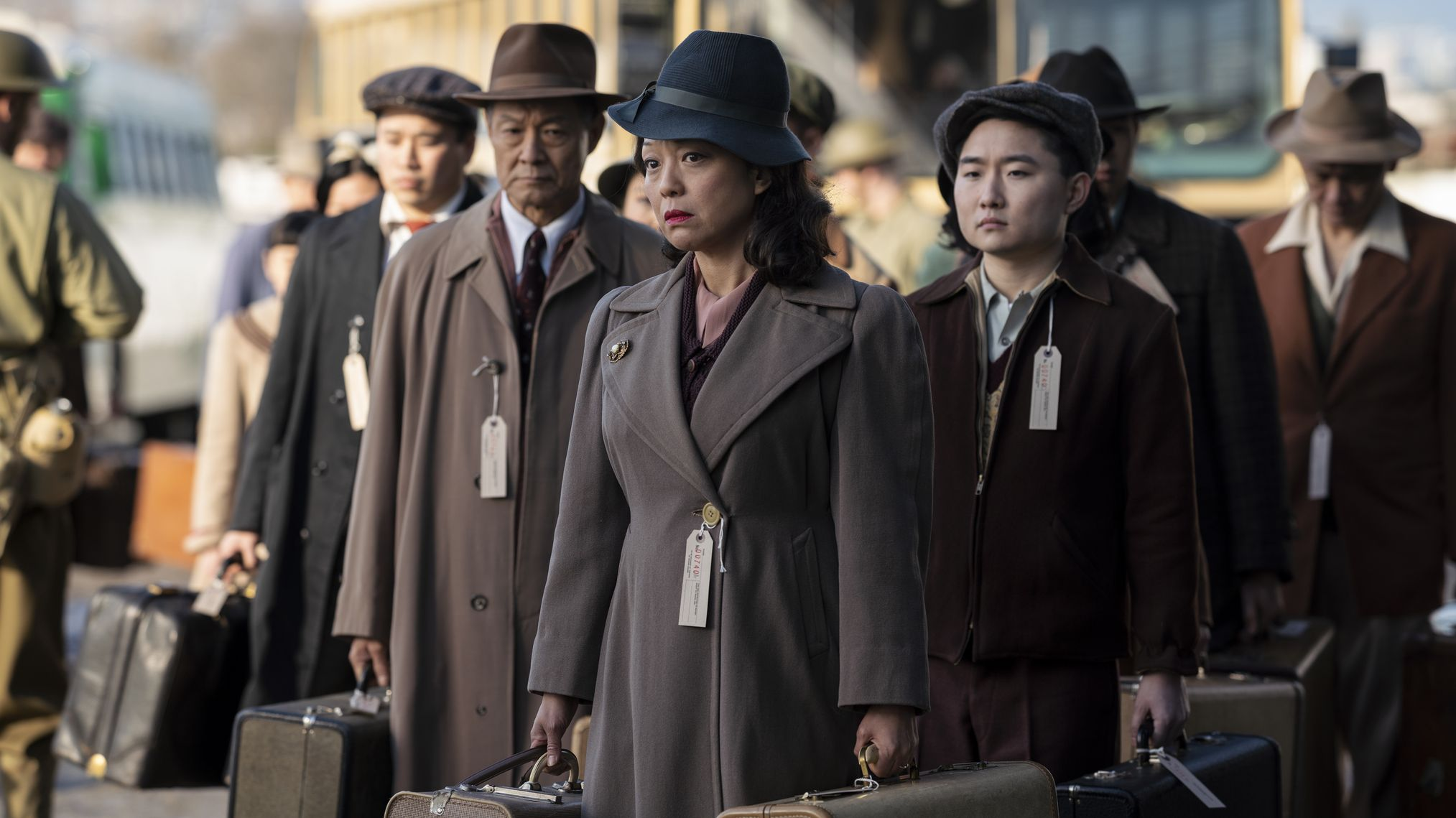 """""""The Terror: Infamy"""" zeigt den Alltag im Internierungslager. Japanischstämmige Amerikaner werden mit Bussen abtransportiert."""