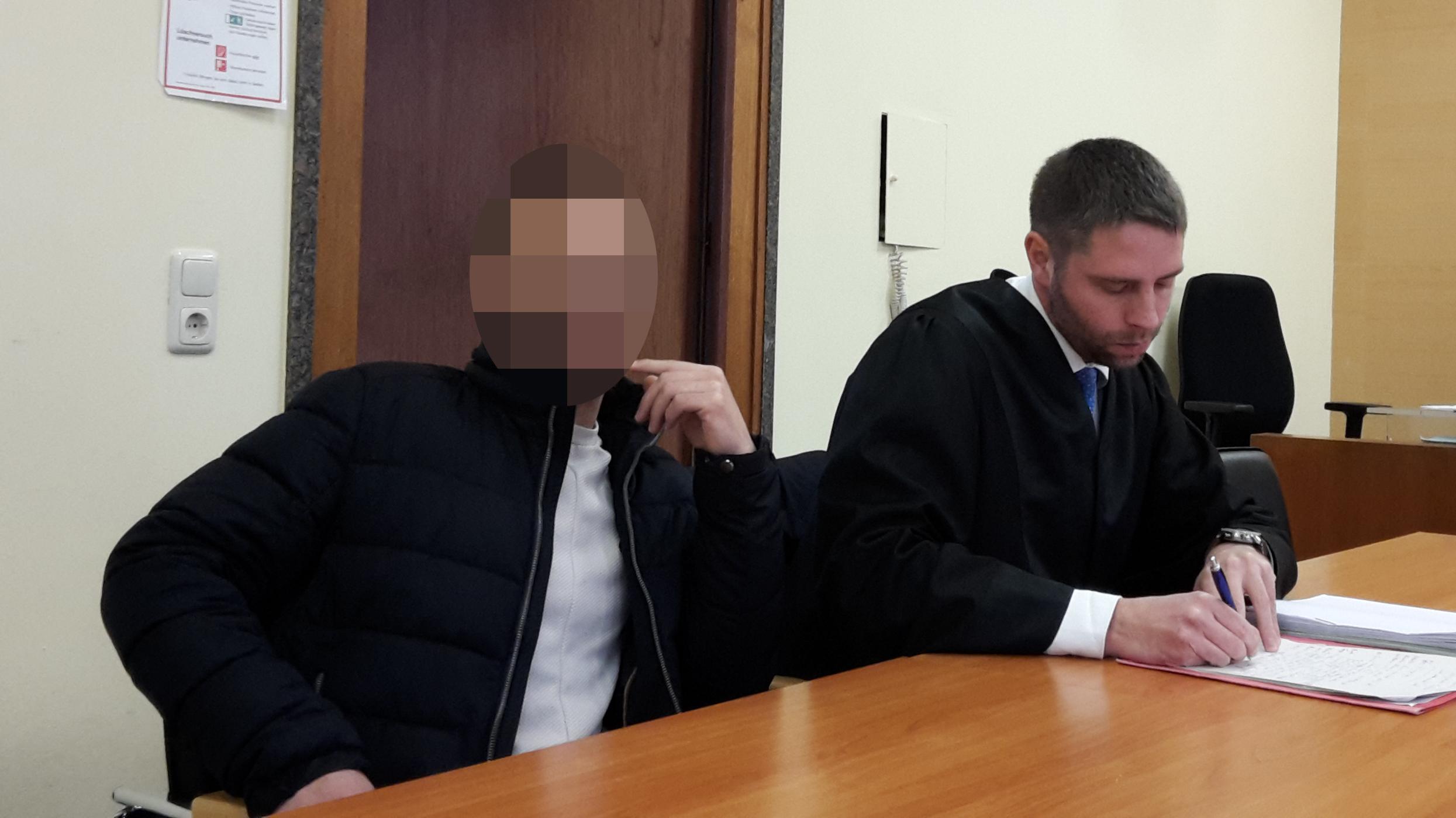 Ein Angeklagter sitzt neben seinem Anwalt in einem Gerichtssaal des Landgerichts Hof.