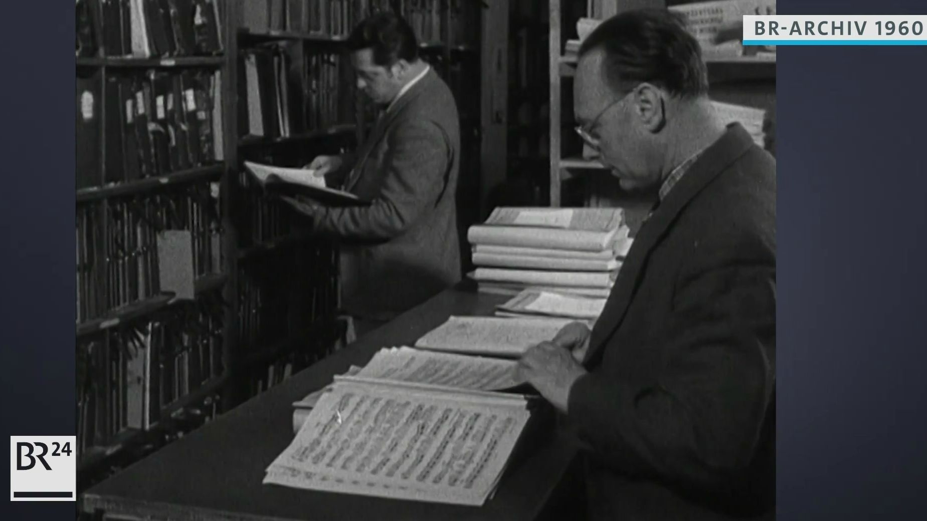 Archivare im Notenarchiv.
