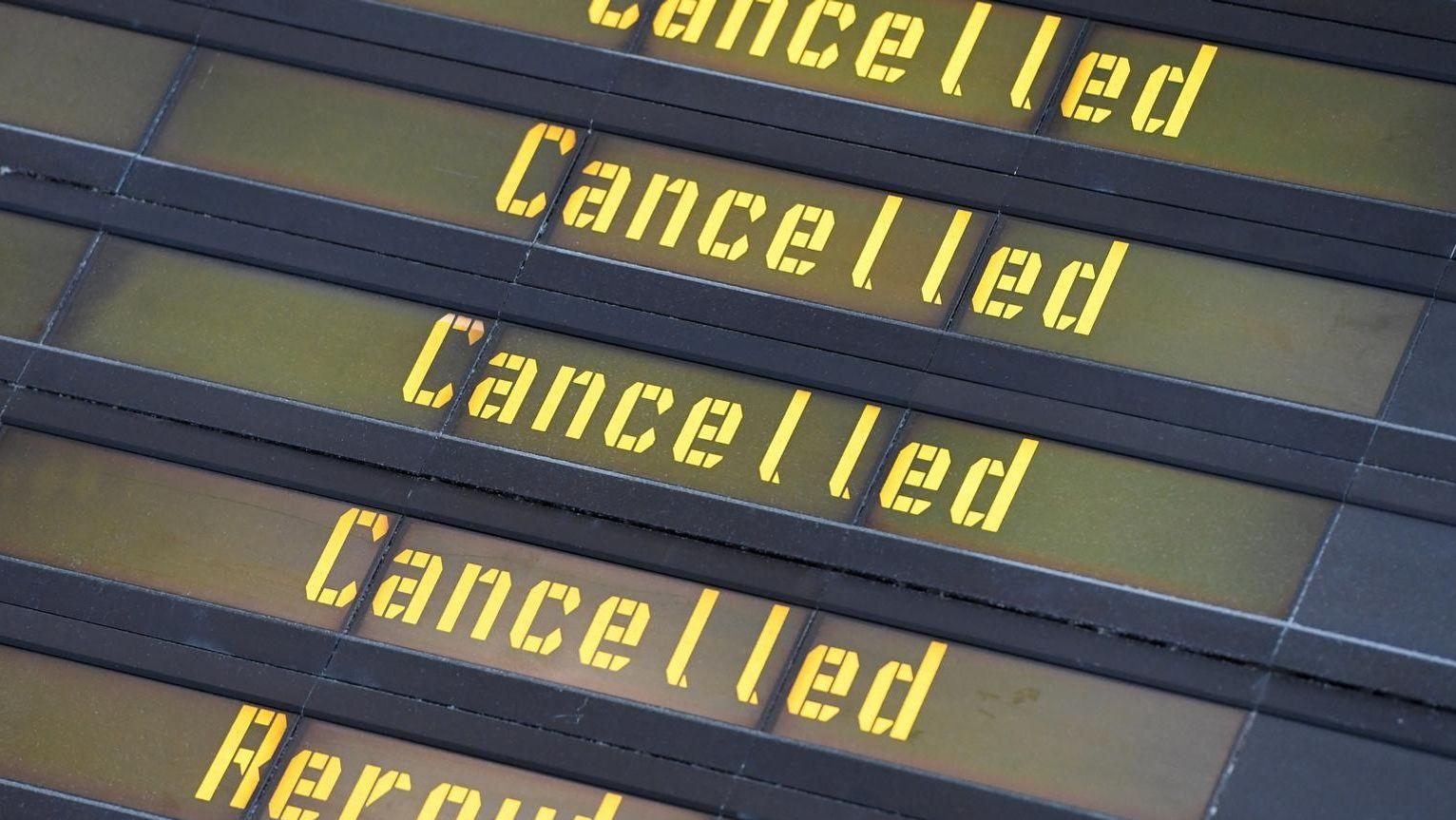 """Anzeigetafel Flughafen mit gelber Schrift """"cancelled"""""""