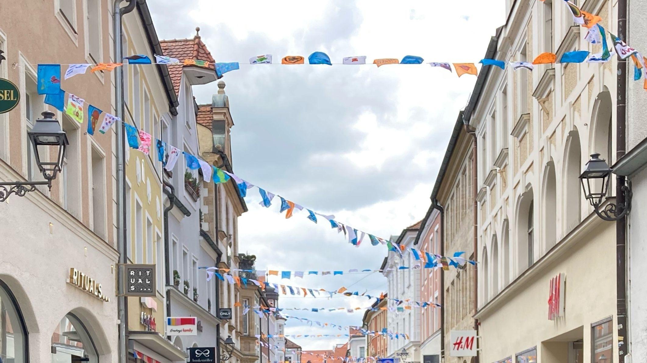 Bunte Wimpelketten über Ambergs Straßen.
