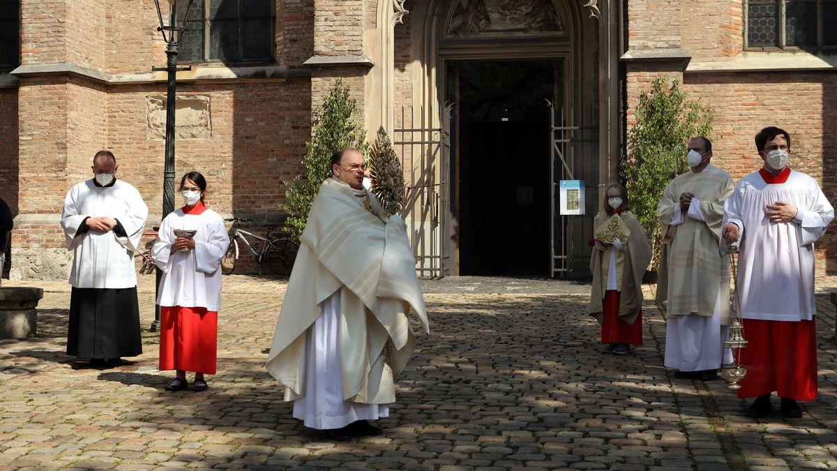 Bischof Bertram Meier segnet vor dem Hohen Dom die Stadt Augsburg und ihre Bewohner