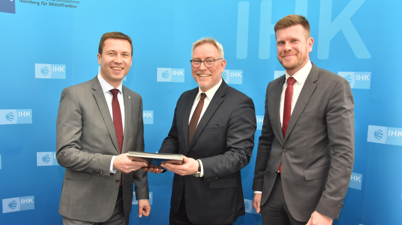 Matthias Dießl (Landrat Landkreis Fürth), Markus Lötzsch (Geschäftsführer IHK Nürnberg) und Matthias Kreitinger (Rechtsreferent Fürth)