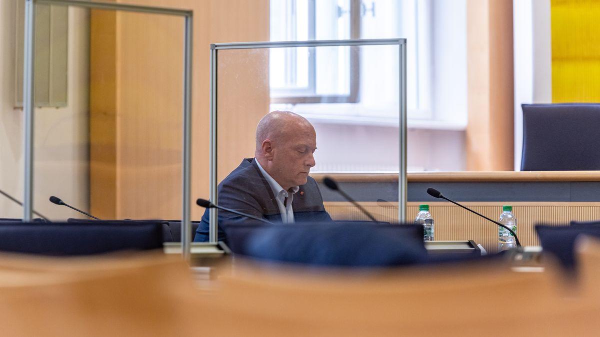 Joachim Wolbergs hinter einer Glasscheibe im Gerichtssaal