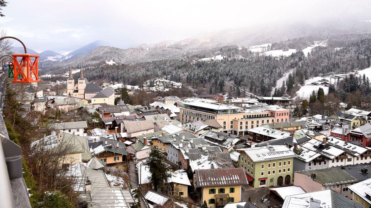 Blick auf das verschneite Berchtesgaden (Archivbild von Ende Dezember).
