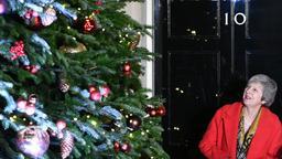 Theresa May vor dem Weihnachtsbaum in der Downing Street | Bild:pa/dpa/Dominic Lipinski