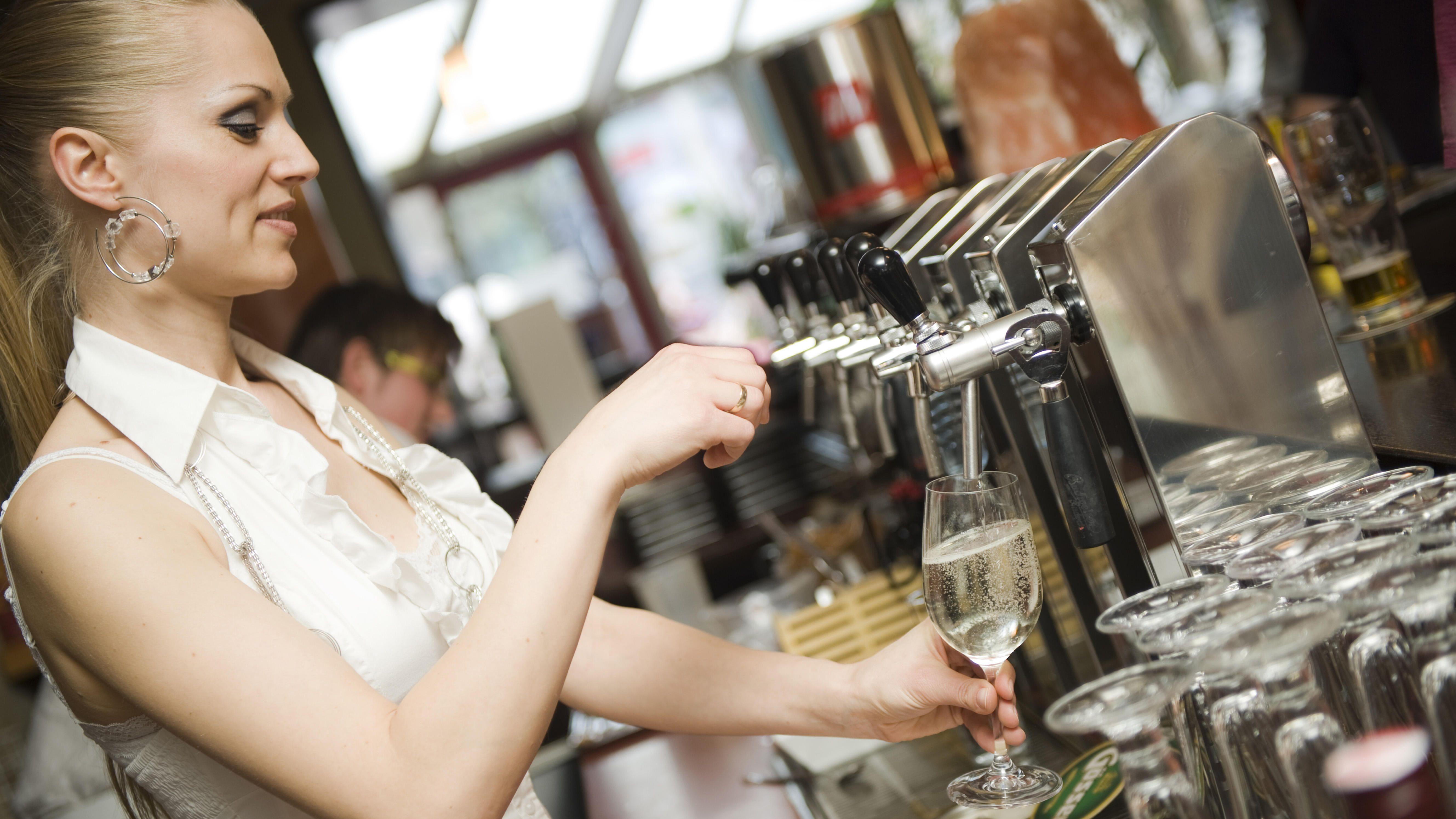 Eine Frau zapft Bier in einem Restaurant