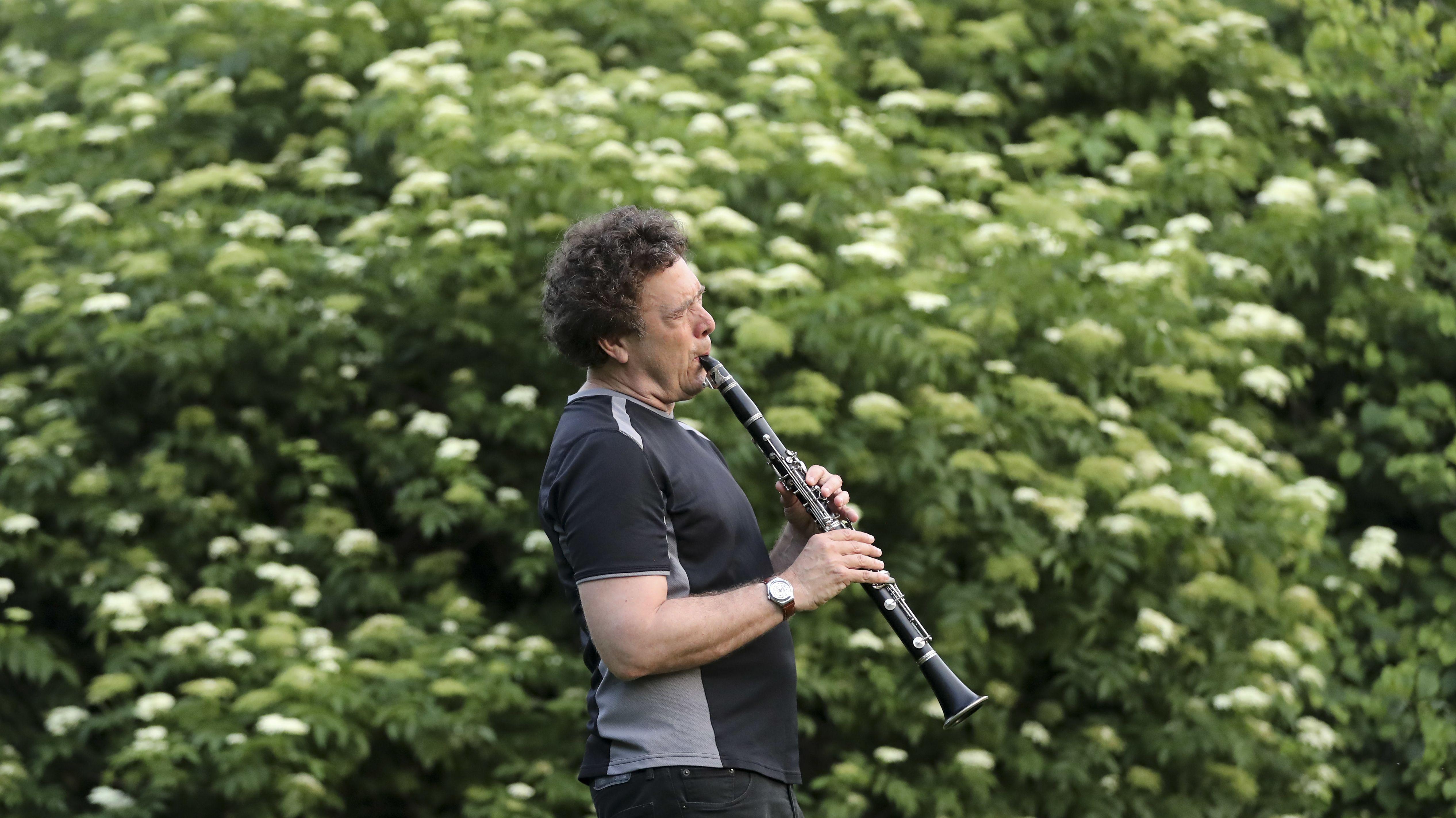 Das Bild zeigt den Jazzklarinettisten David Rothenberg bei einem Freiluftkonzert im Botanischen Garten in Brooklyn.