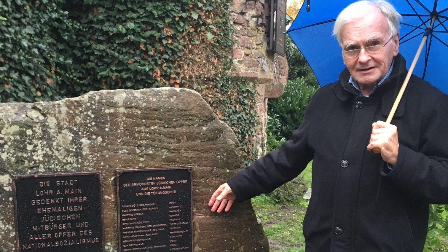 Wolfgang Vorwerk vom Geschichtsverein Lohr steht neben einer neuen Gedenktafel, die an die Juden und Nazi-Opfer aus Lohr erinnert.