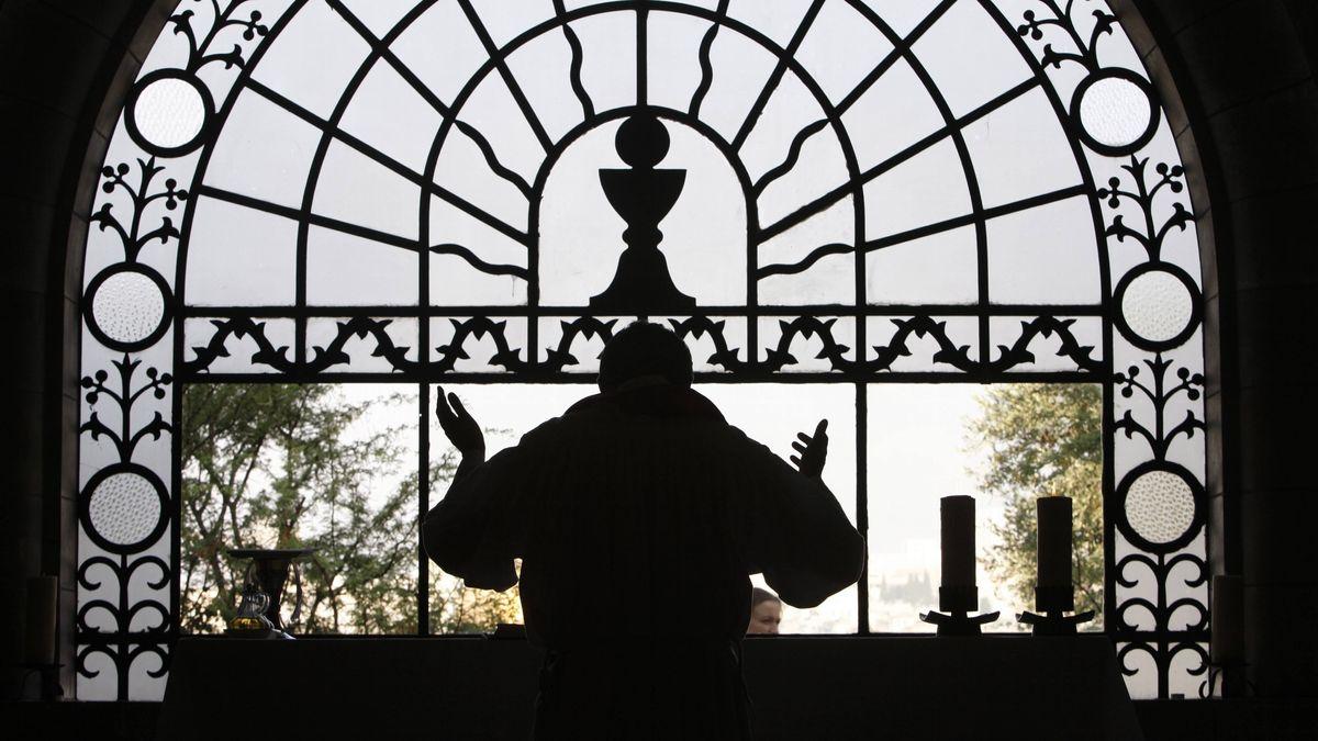 Priester feiert Gottesdienst; Symbolbild