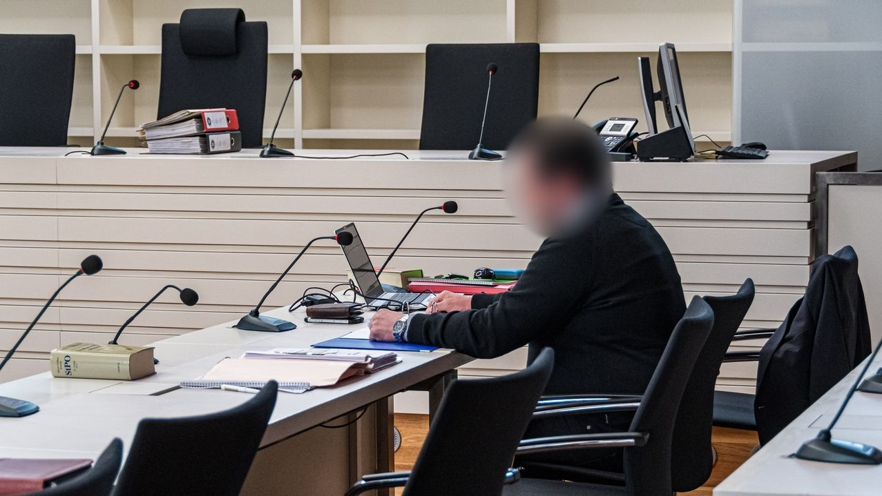 Der Angeklagte sitzt alleine im Verhandlungssaal des Landgerichts