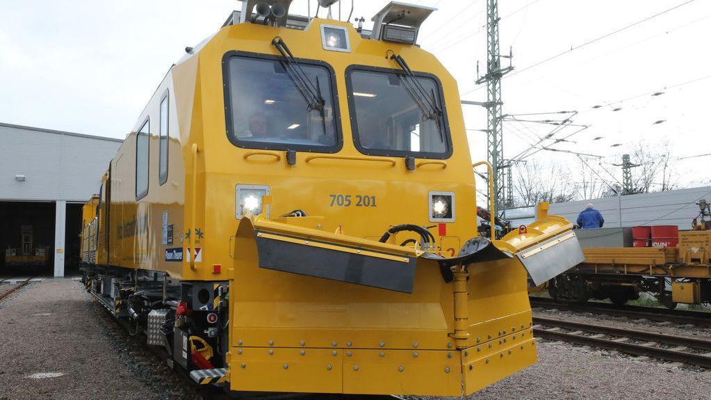 Ein Schneepflug der Bahn im Hauptbahnhof Erfurt. Mit schwerem Gerät will die Bahn die Schienen schneefrei halten in diesem Winter.