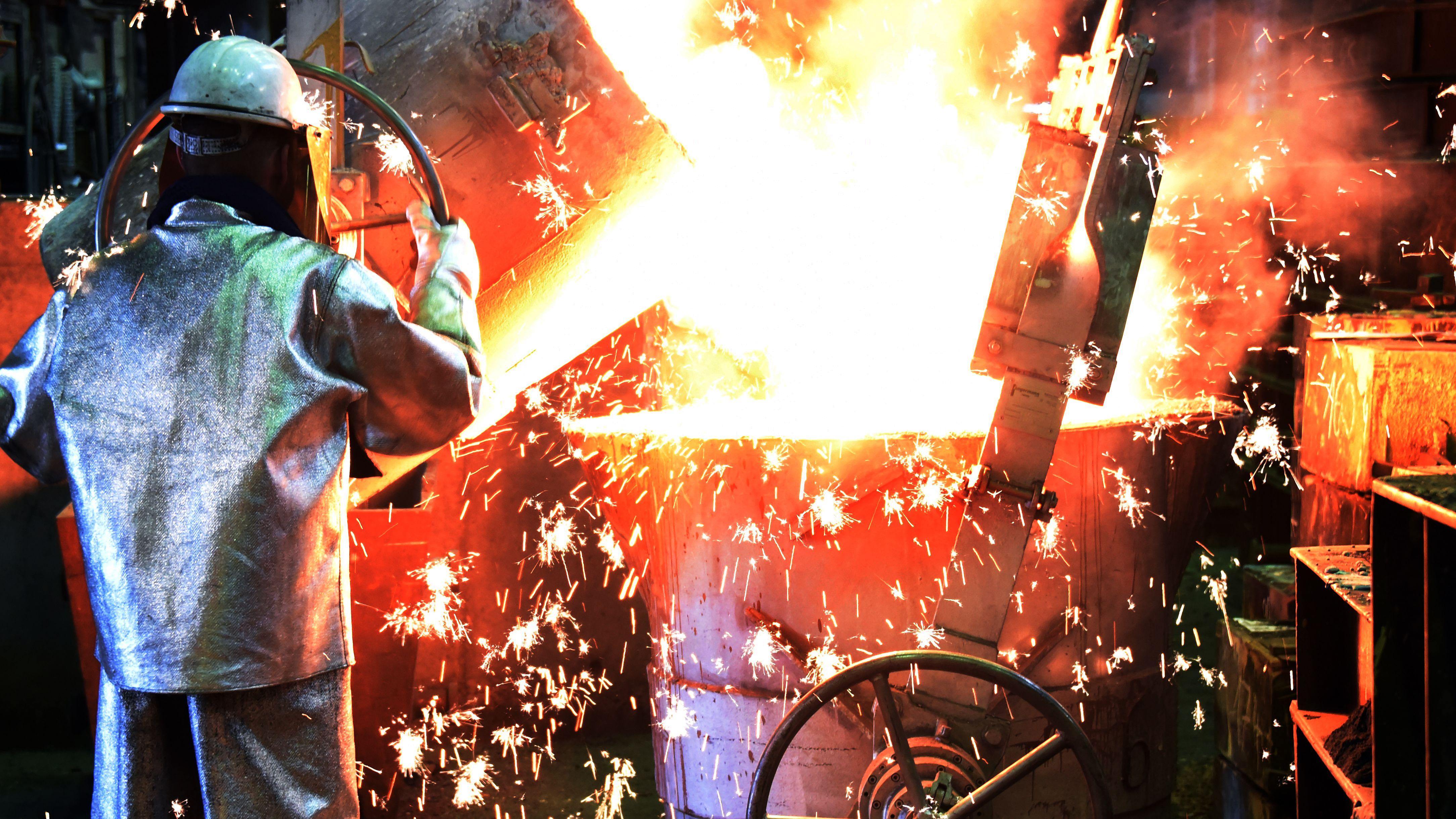 In der Esterer Gießerei Werk Wurzen GmbH (Sachsen) befüllt ein Schmelzer und Gießer die Gießpfanne